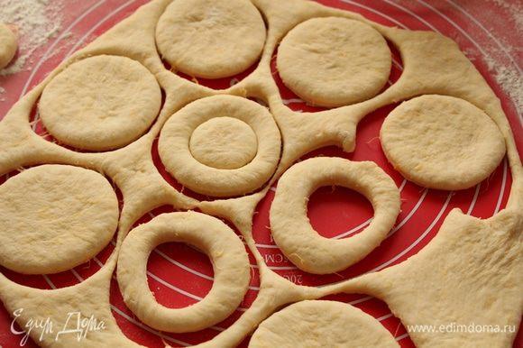 Раскатать тесто в пласт, (не тонко) вырезать выемкой круги.