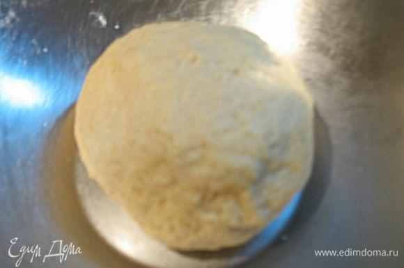 БЕЛОЕ ТЕСТО. В миске смешать муку, соль, сахар, дрожжи и разрыхлитель. В другой миске соединить кефир, яйцо и растопленный маргарин. Все хорошо перемешать. В миску с сухой смесью добавить жидкую и хорошо вымесить. Белое тесто готово, отложим его в сторонку.