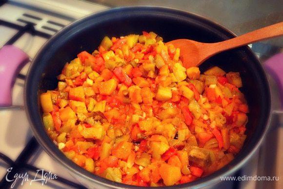 Тушим овощи до готовности....пробуем солим перчим добавляем специи....