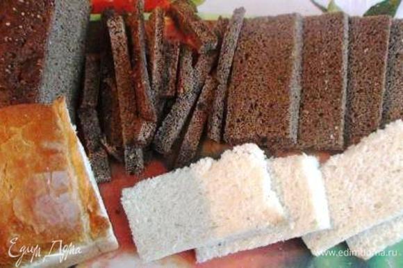 Срезать с хлебных ломтиков корки со всех сторон.