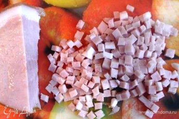 Окорок нарезать очень мелкими кубиками.