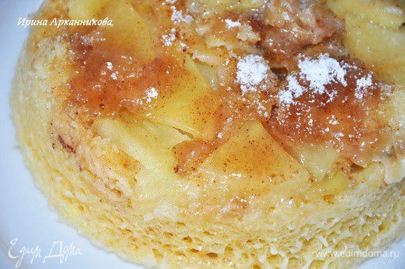 Смазываем нашу форму (дно и стенки) растительным маслом. Насыпать на дно немного корицы. Вырезаем из яблока косточки и режем его тонкими ломтиками без кожуры. Выкладываем половину ломтиков на дно формы, поливаем 1 ч. л. мёда, затем оставшиеся яблоки - вторая чайная ложка мёда. Снова посыпаем корицей.