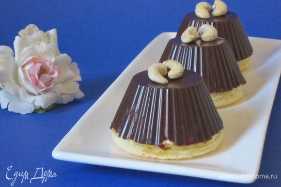Очень аккуратно освободить шоколадные заполненные формочки от силиконовых формочек. Выложить на тарелочки.