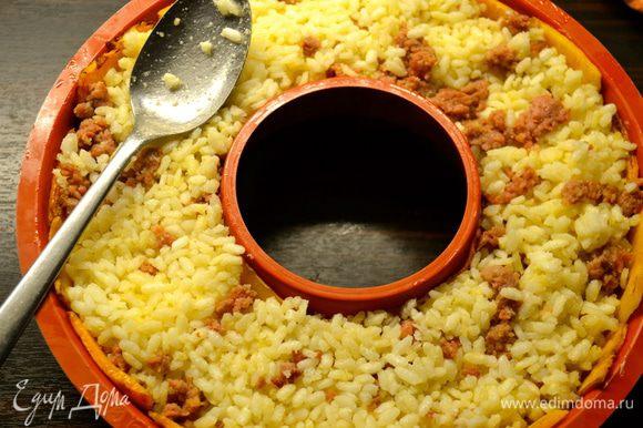 Переложить в форму рис. Разровнять. Поставить в духовку запекаться на 15-20 минут (ориентироваться по своей духовке).