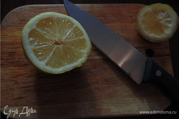 Лимон так же режем кубиками