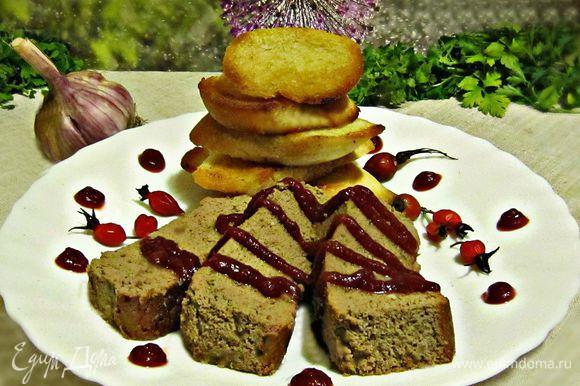 Выложить флан на тарелку и украсить вишнёвым (можно и клюквенным) конфитюром. Дополнительно к флану подайте пшеничные гренки, натертые чесночком и обжаренные на оливковом масле.