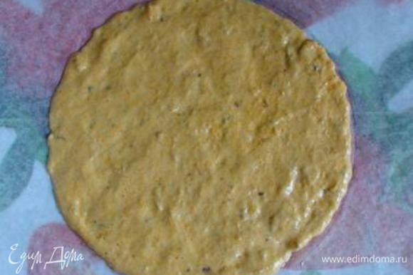 На листе пергамента начертить круг диаметром 20 см (обвести крышку или дно формы). Перевернуть пергамент, ложкой выложить тесто (3-4 ст.л.) и распределить равномерно по кругу.
