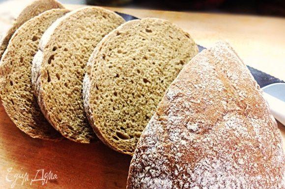 Потом готовим гренки. Хлеб нарезаем наискосок и в духовке обжариваем на гриле. С двух сторон по 2 минуте.