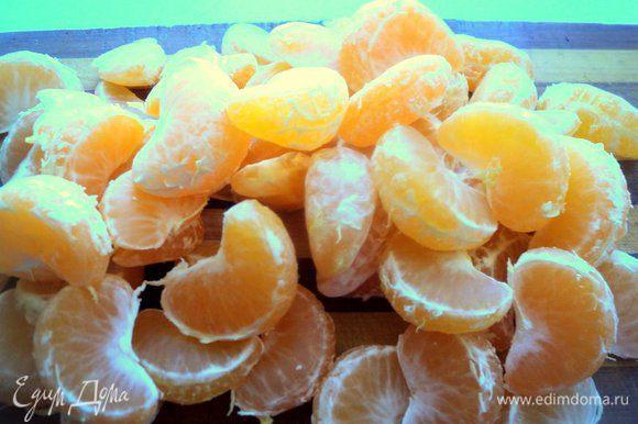 Мандарины почистить от кожуры и белых волокон. Снять цедру с половинки лимона и одного мандарина.
