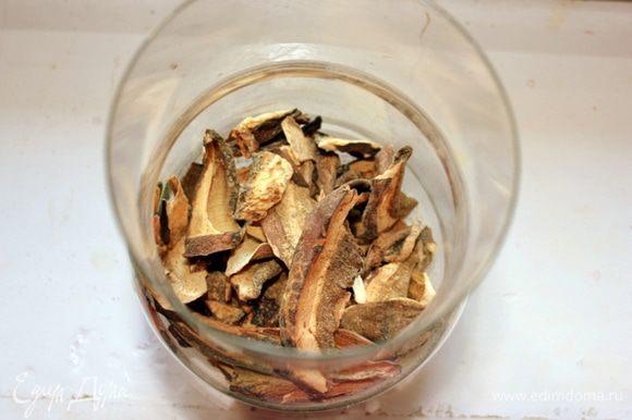 Белые грибы замочить в горячей воде на 40 минут.