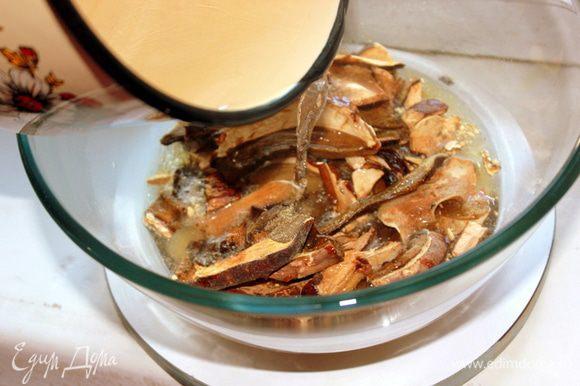 Затем отбросить на дуршлаг, сохранив настой. Замоченные грибы нарезать произвольными кусочками.