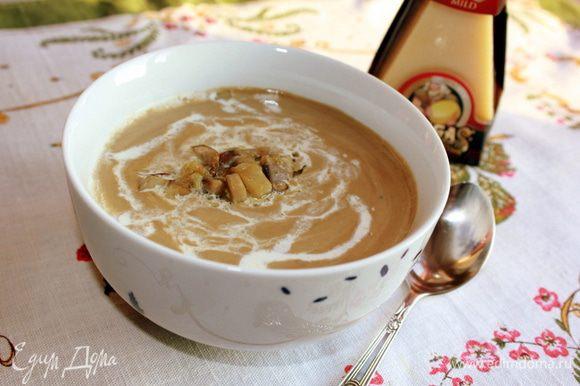 """Снять с огня, дать супу немного остыть, затем измельчить его блендером в пюре. В суп добавить сливки и тертый сыр """"Джюгас"""". По желанию добавить в каждую тарелку пшеничные гренки."""