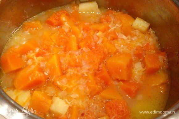 Когда тыква и картофель будут готовы. Слить в отдельную посуду 2/3 бульона, но не выбрасывать, он может пригодится...