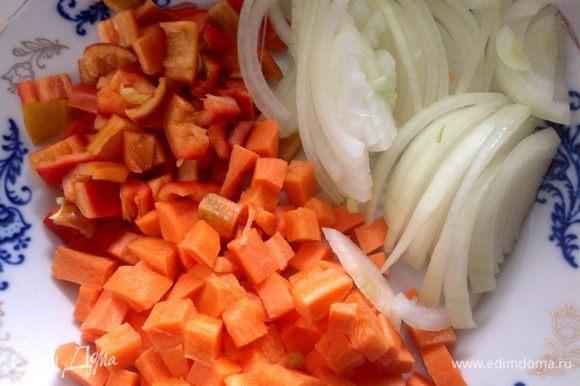 Болгарский перец и морковь нарезать кубиками лук полукольцами...