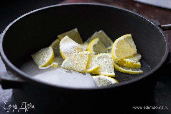 В кастрюлю положить порезанный лимон, 100 г сахара и воду. Нагреть и варить на медленном огне 10 минут.