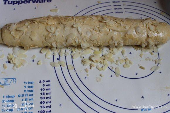 Обмазываем хлеб яйцом и обваливаем с двух сторон в миндале.