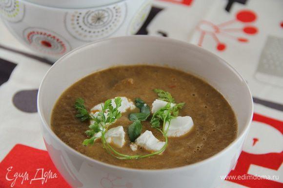 Разливаем суп по тарелкам и подаем, посыпав кубиками феты. Приятнго аппетита))