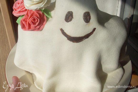 """Нарисовать """"лицо"""" привидения черным шоколадом. По желанию украсить цветочками."""