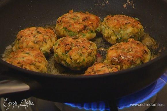 Разогреть в сковороде оливковое масло и обжаривать котлеты с каждой стороны по 4–5 минут.