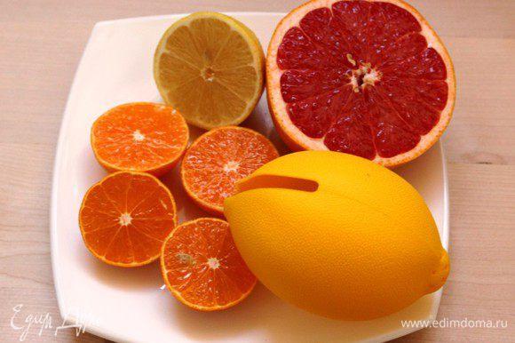 Выжать сок из лимона, мандарина и грейпфрута.