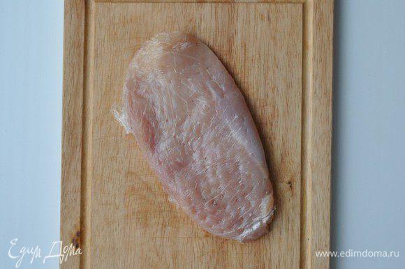 Филе разрезаем поперек на 3 части, заворачиваем в пищевую пленку, отбиваем и солим.