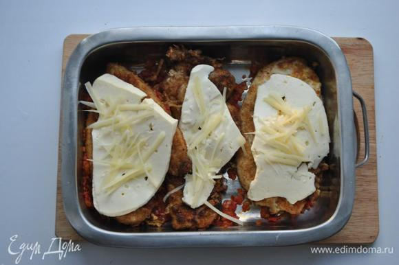В глубокий противень выкладываем томатную массу, куриные отбивные, нарезанную тонкими пластинами брынзу и посыпаем пармезаном. Выпекаем в течении 15-20 минут.