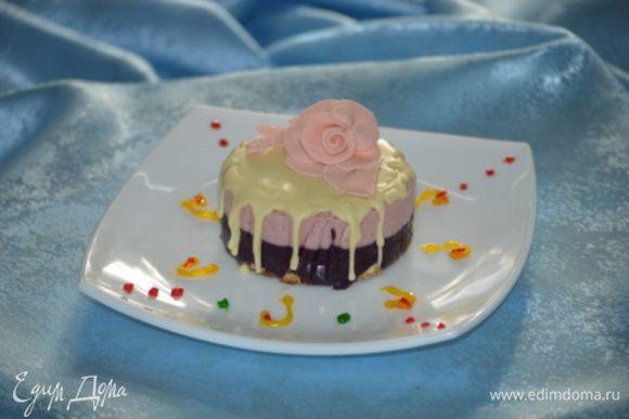 Взбить ягоды в блендере и протереть через сито, с пюре соединить каждый сорт с выделенным соком и добавить в каждое пюре сахар и ликер.