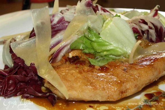 Салатную смесь выкладываем на грудки и украшаем ломтиками сыра и веточками тимьяна. Приятного аппетита!