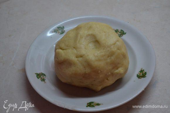 Сначала готовим тесто : в кухонном процессоре муку разбиваем со сливочным маслом ( холодным) и сахаром в крошку . Добавляем щепотку соли , 4-5 ст.л. холодной воды на быстро замешиваем тесто. Тесто ставим на 30 мин в холодильник .