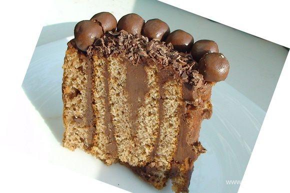 Поставить торт на ночь в холодильник для пропитки. А вот и разрезик!