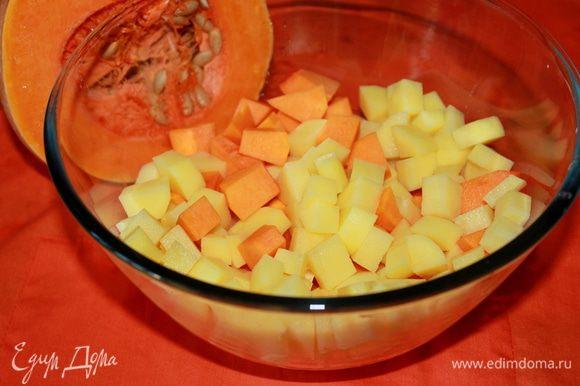 Тыкву и картофель очистите, нарежьте кубиками.