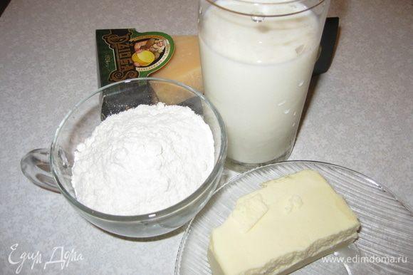 Соус: в сливочном масле подрумянить муку. Влить молоко, прокипятить 2 минуты, добавить тёртый сыр, соль, перец.