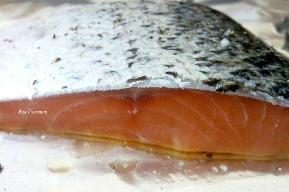 Разогреть духовку с функцией гриль на максимум. Противень смазать оливковым маслом, положить рыбку и смазать маслом с двух сторон, поперчить и посолить, разложить рыбку кожей вверх и запекать 5-7 минут (зависит от толщины), перевернуть аккуратно кожей вниз и запекать 5-7 минут.