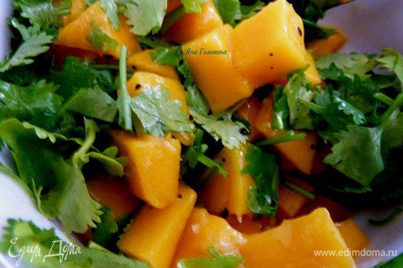 Пока рыбка в духовки, смешать манго, кинзу, оливковое масло и чеснок, приправить.