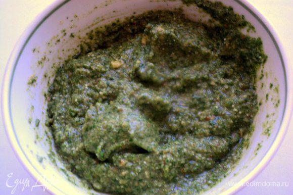 Добавить к пюре дробленные грецкие орехи, панировочные сухари, выдавленный через пресс чеснок, соль по вкусу, перемешать.