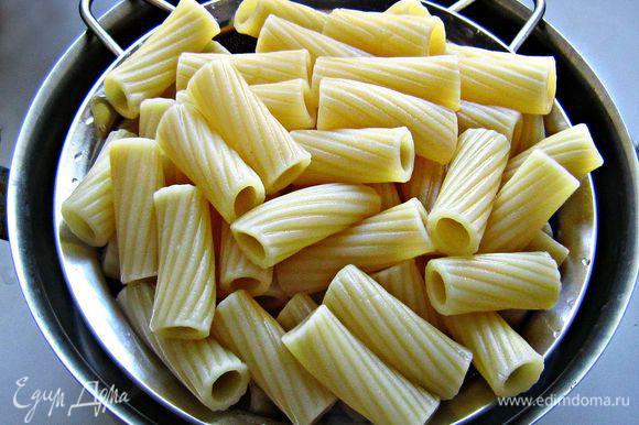 Приготовленные макароны отбросить на дуршлаг, обсушить.