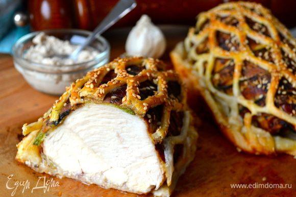 """Дать готовой курочке немного остыть, а затем нарезать и подавать!... Очень вкусно с горчицей..., или с хреном... ))) Мясо получается очень нежным... Ну, и вообще, не скучная такая курочка """"в клетке""""!!!"""