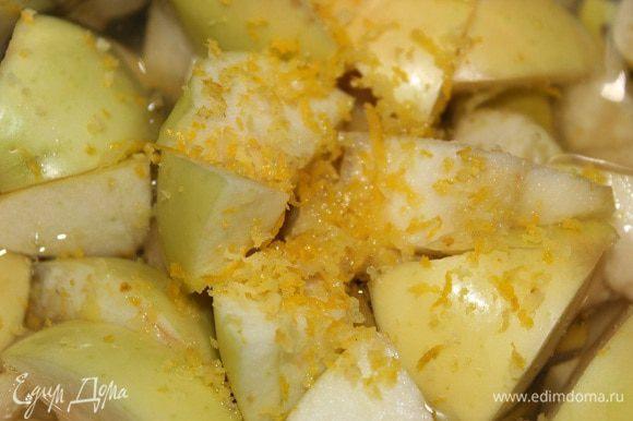 Переложить в кастрюльку. Фрукты залить 500 воды, снять цедру с одного лимона и туда же в кастрюльку выжать сок.