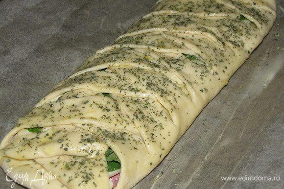 Выложить пирог на противень застеленный пергаментом. Смазать оливковым маслом и посыпать орегано. Поставить в духовку, разогретую до 200 град. в течении 15 минут или до зарумянивания.