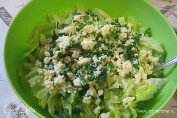 Перед самой подачей к столу перемешать салатные листья с соусом и посыпать смесью яйца и петрушки. Салат готов! Можно угощаться)))
