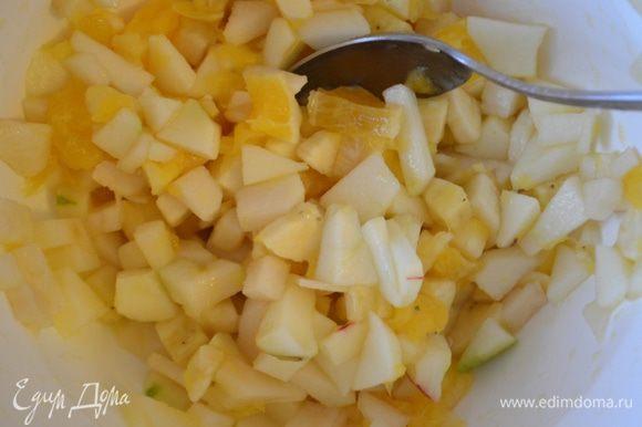 Банан, грушу и яблоко нарезать на небольшие кубики. Смешать с апельсином.