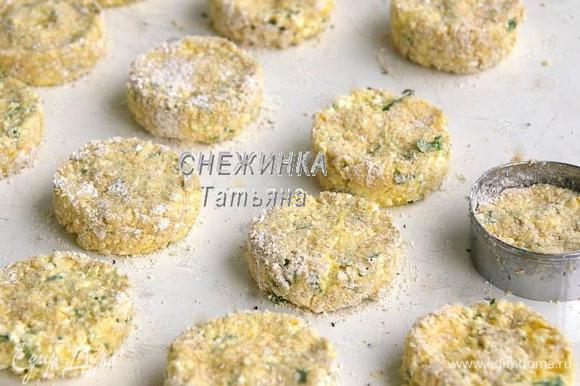 Противень ничем не смазываем! Шарик теста кладём в круглую формочку для печенья, которая стоит на противне, придавливаем, формируя лепёшку. Кольцо сниманием. Формируем сырники из всего теста.
