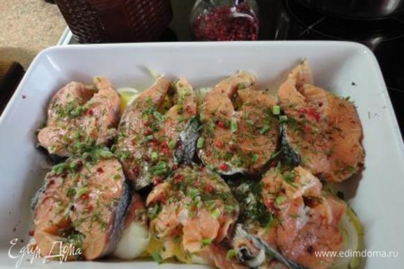 На картофель с луком выкладываем слоем всю рыбу, посыпаем укропом.