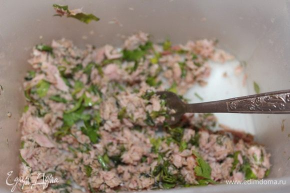Тунец откинуть на сито, дать стечь маслу, обжарить в этом масле лук до прозрачности и укроп