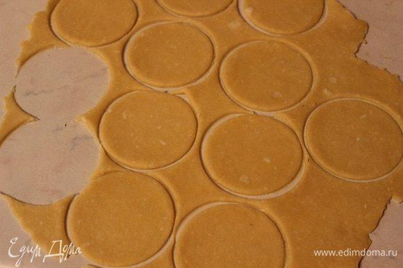 Достаем наше тесто, раскатываем в пласт, толщиной 5 мм и вырезаем кружочки