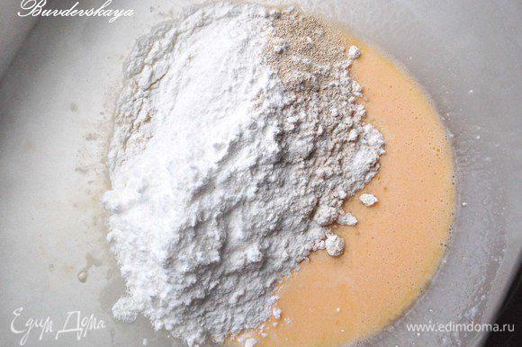 Добавить отруби, крахмал, сухое молоко, дрожжи, разрыхлитель и соль по вкусу, тщательно перемешать, чтобы не было комочков. Тесто должно быть консистенции густой сметаны. Если оно более жидкое, то накрыть его и дать постоять минут 20-30.