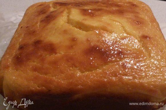 Остывший пирог порезать, посыпать сахарной пудрой