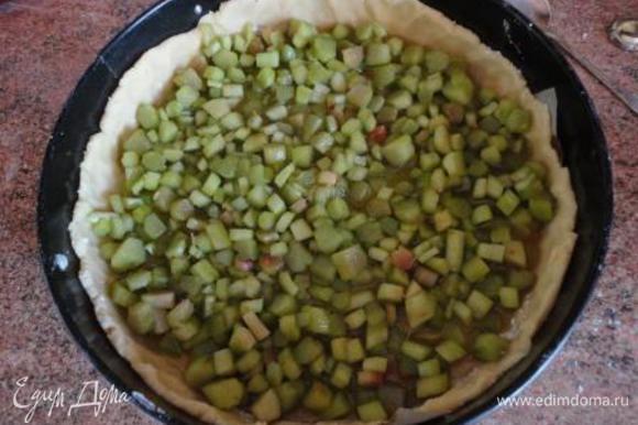 Ревень с образовавшимся соком выложить в форму на тесто и выпекать 25 минут.