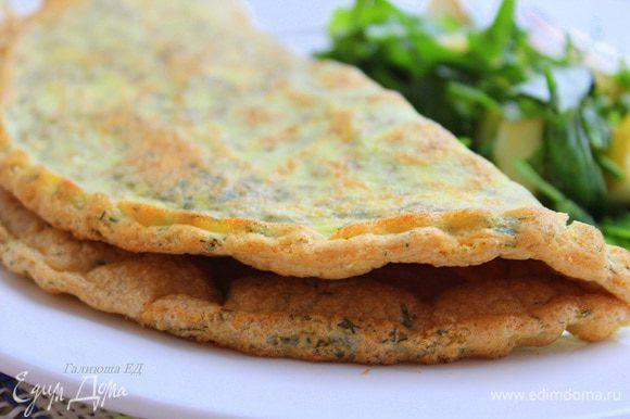 Подавать, посыпав сыром. В дополнение к омлету можно подать салат из рукколы.