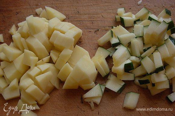 Подготавливаем овощи : моем, чистим. Режем кубиком кабачок и картофель.